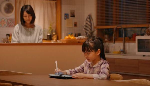 スマイルゼミのタブレットを見ながら勉強する女の子